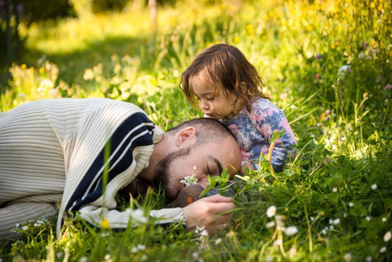 bisou petite fille sur la joue de son papa