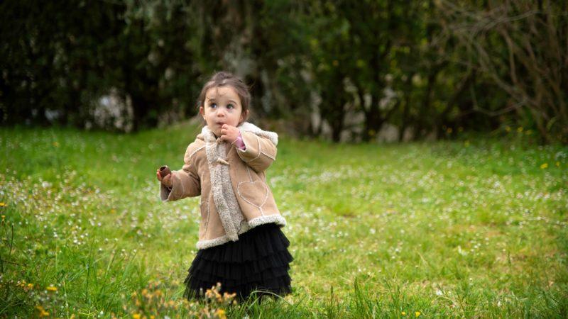 enfant en nature et chocolat de pâques