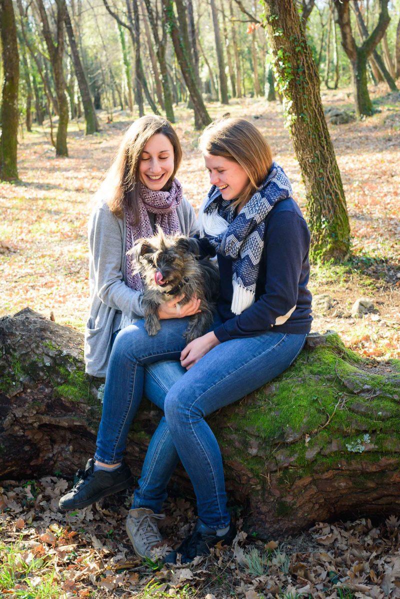 deux femmes et un chien dans la foret