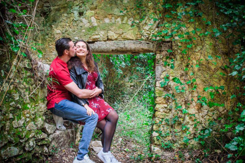 Couple d'amoureux devant une ruine