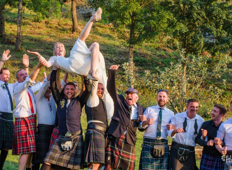 Photo mariage original en kilt, les hommes portent la mariée - mariage à Gap dans les hautes alpes et dans les alpes maritimes