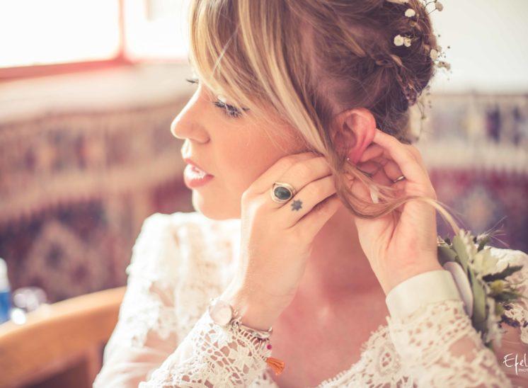la mariée se prépare et met ses boucles d'oreilles - reportage de mariage à Gap