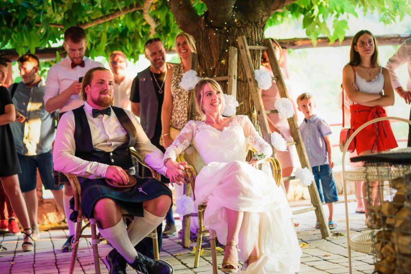 les mariés pendant une surprise de leur famille
