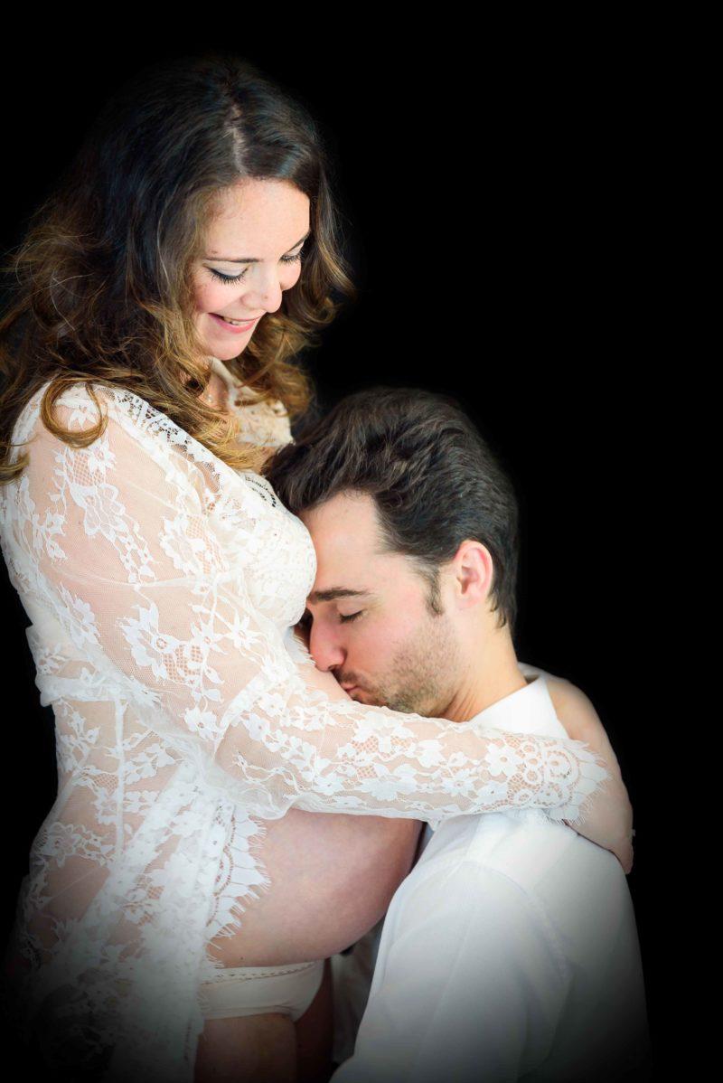 Futur papa qui embrasse le ventre rond de sa femme - photographe maternité gap