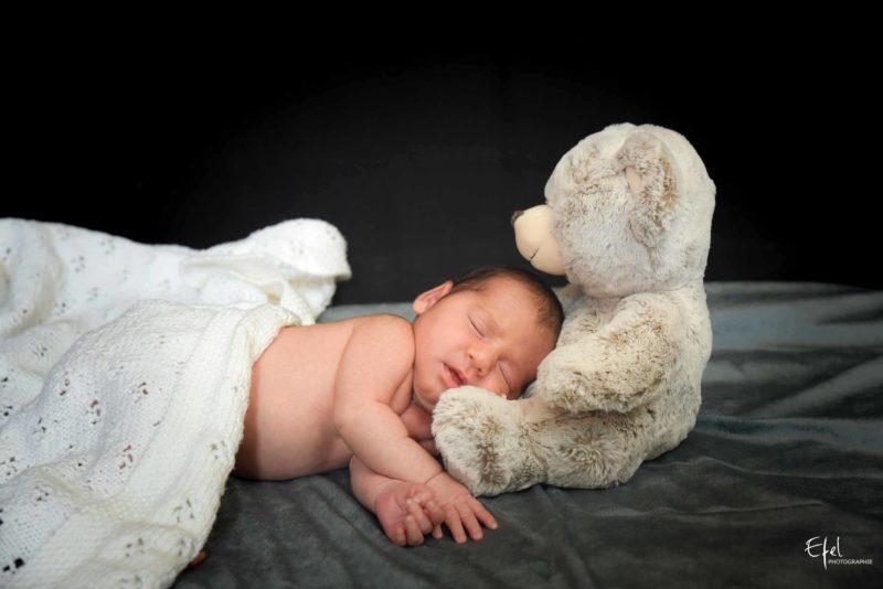 photographie nouveau né et ourson