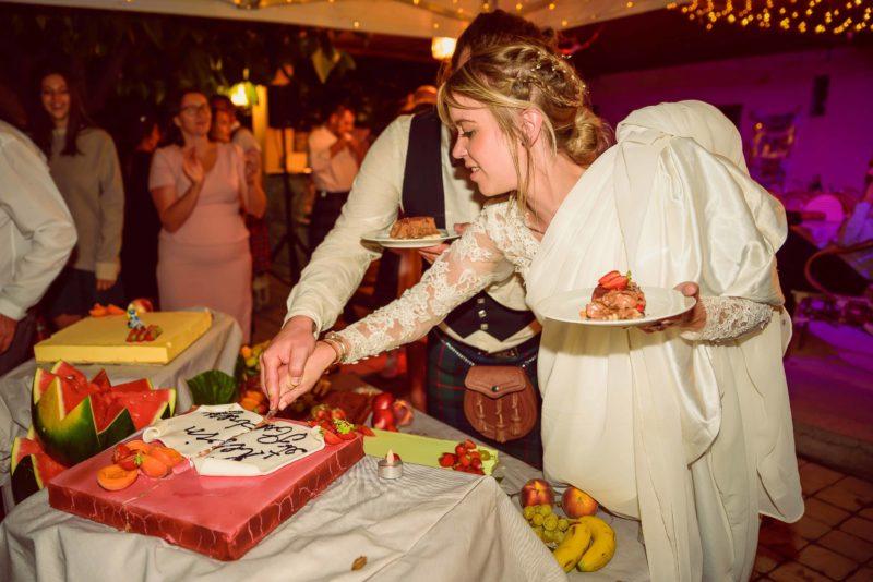 la découpe du gâteau de mariage