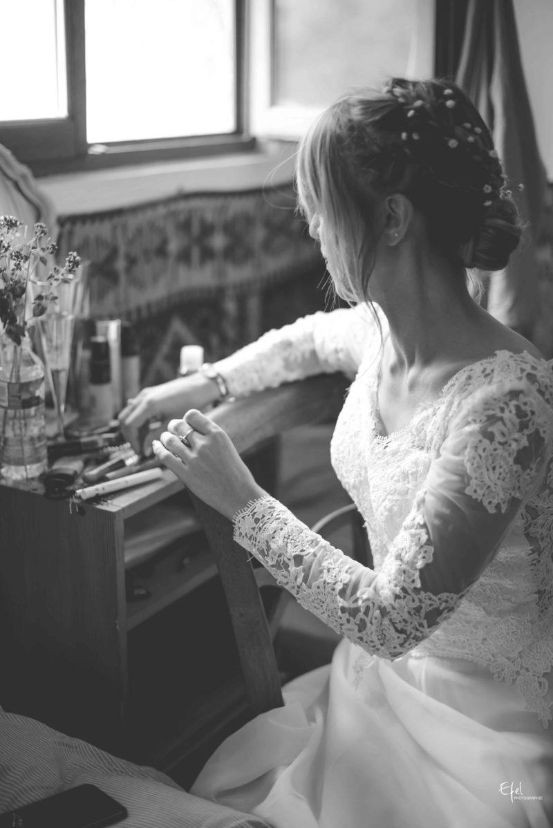 Jolie mariée devant sa coiffeuse