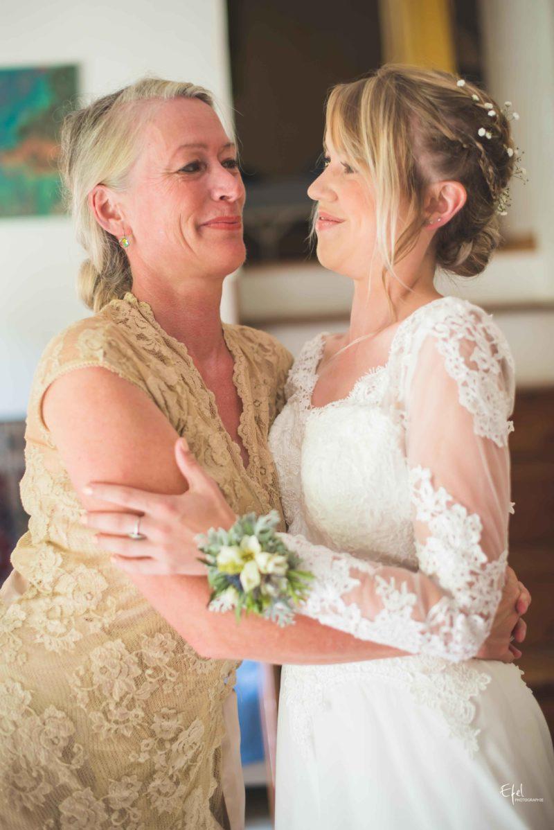 Mère et fille avant la cérémonie de mariage