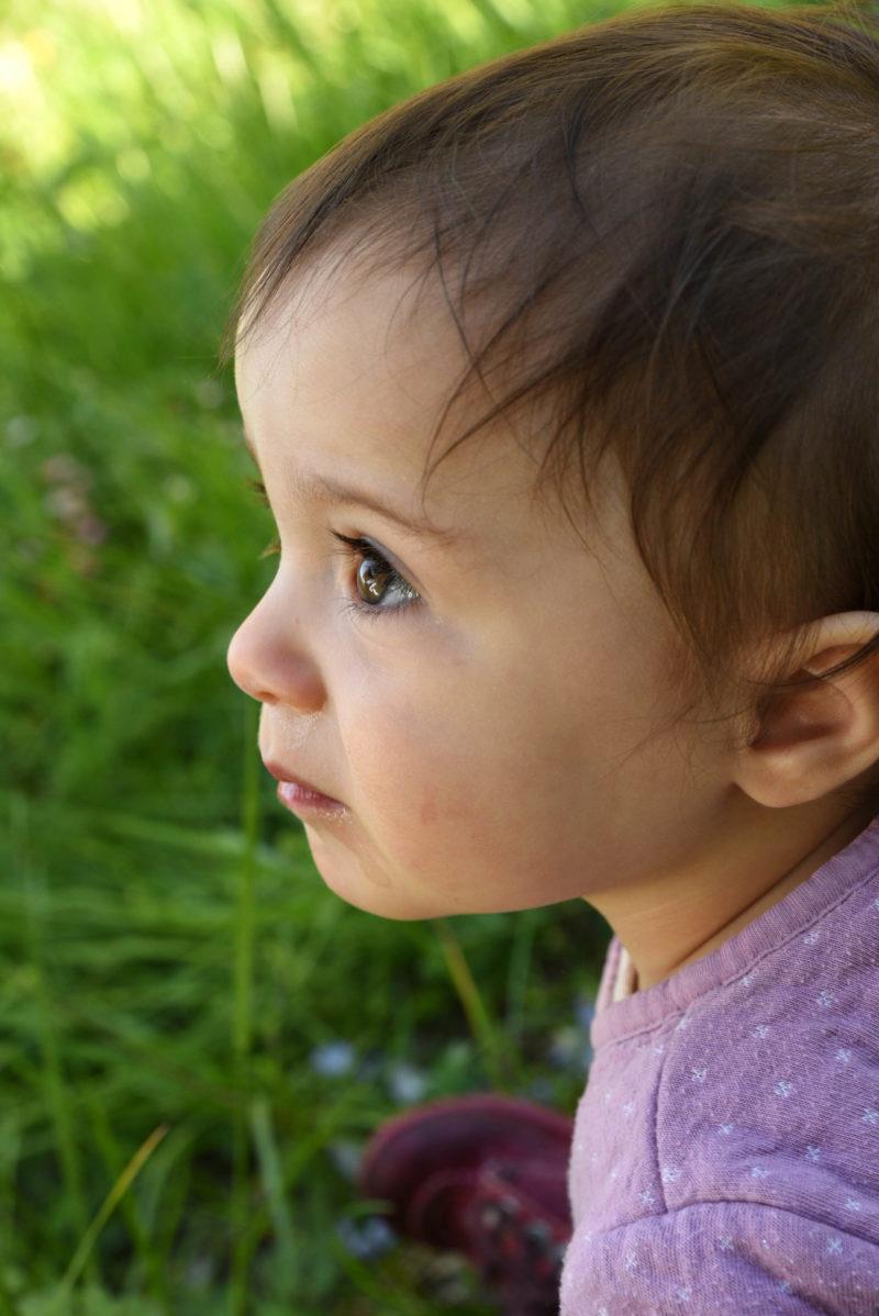 portrait bébé en extérieur hautes alpes