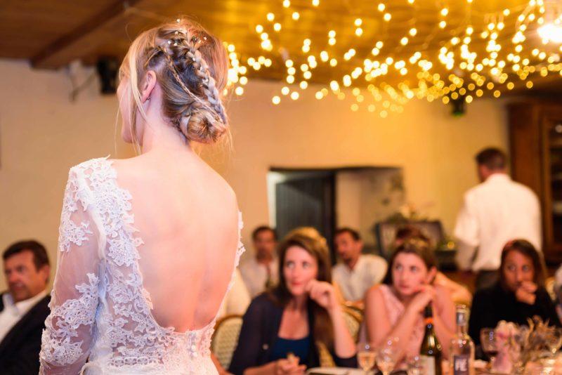 le joli décolleté arrière de la mariée et sa coiffure