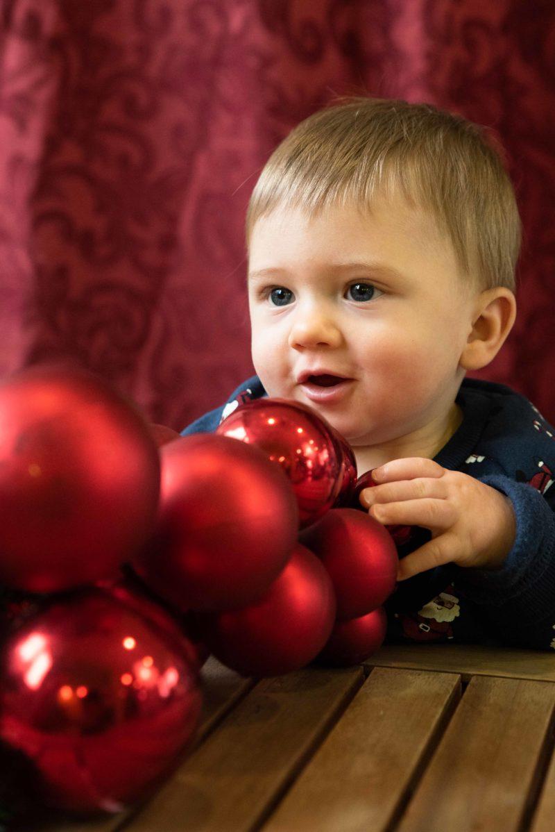 bebe et boules de Noel