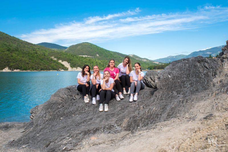 seance photo EVJF au lac de serre ponçon près de Gap