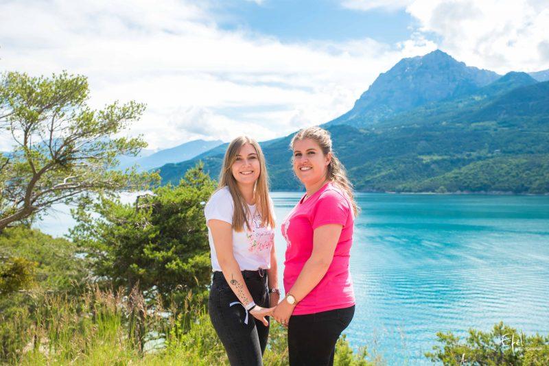 photo de soeurs près du lac de serre ponçon photographe gap