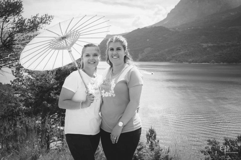 shooting meilleures amies avec une ombrelle en pleine nature à gap