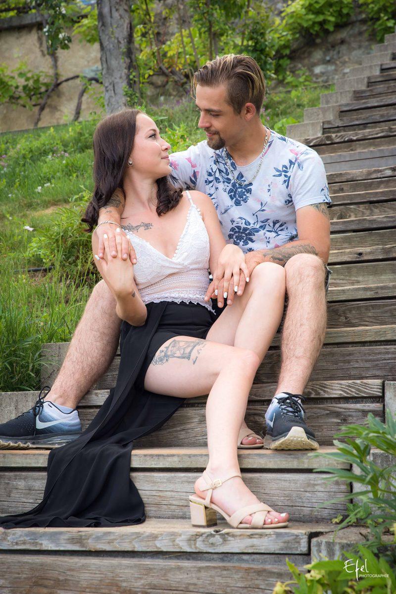 séance photo homme et femme et regard amoureux dans les escaliers a tallard