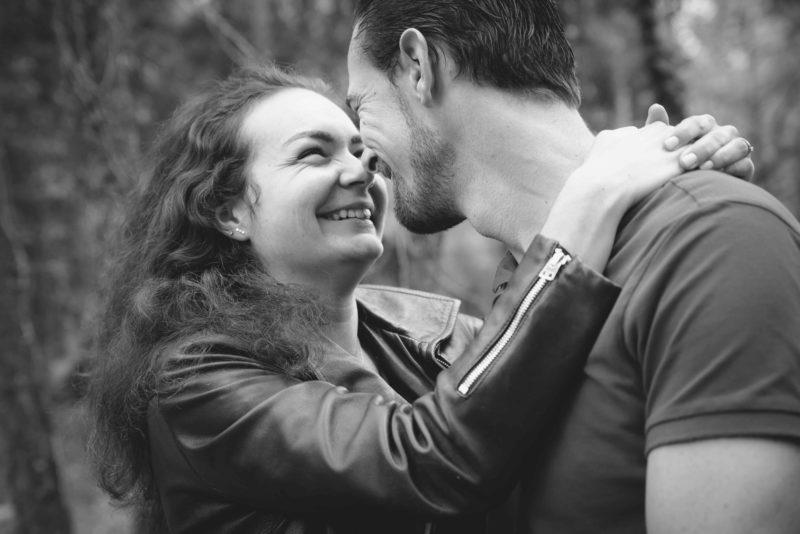 Couple d'amoureux qui se sourient