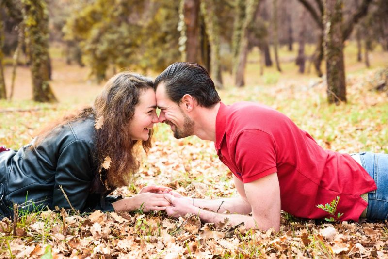 amoureux dans l'herbe qui se sourient