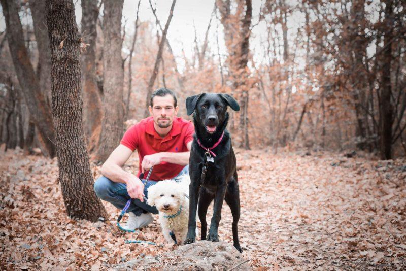 Photo d'un homme avec ses chiens