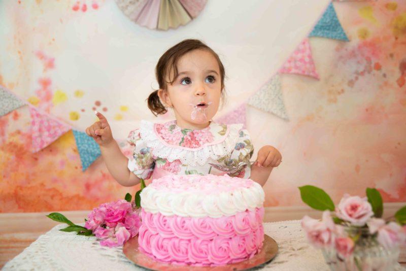 bébé qui goute son gâteau d'anniversaire photographe hautes alpes
