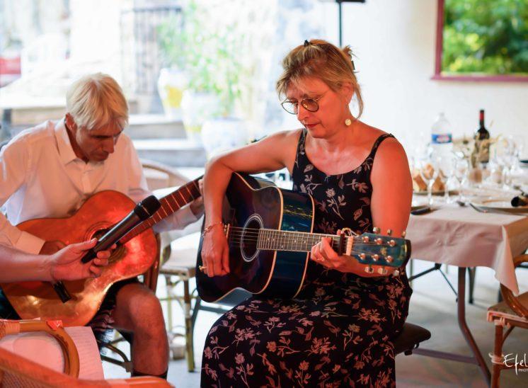 Soirée de mariage -instant de musique par la famille - photographe gap