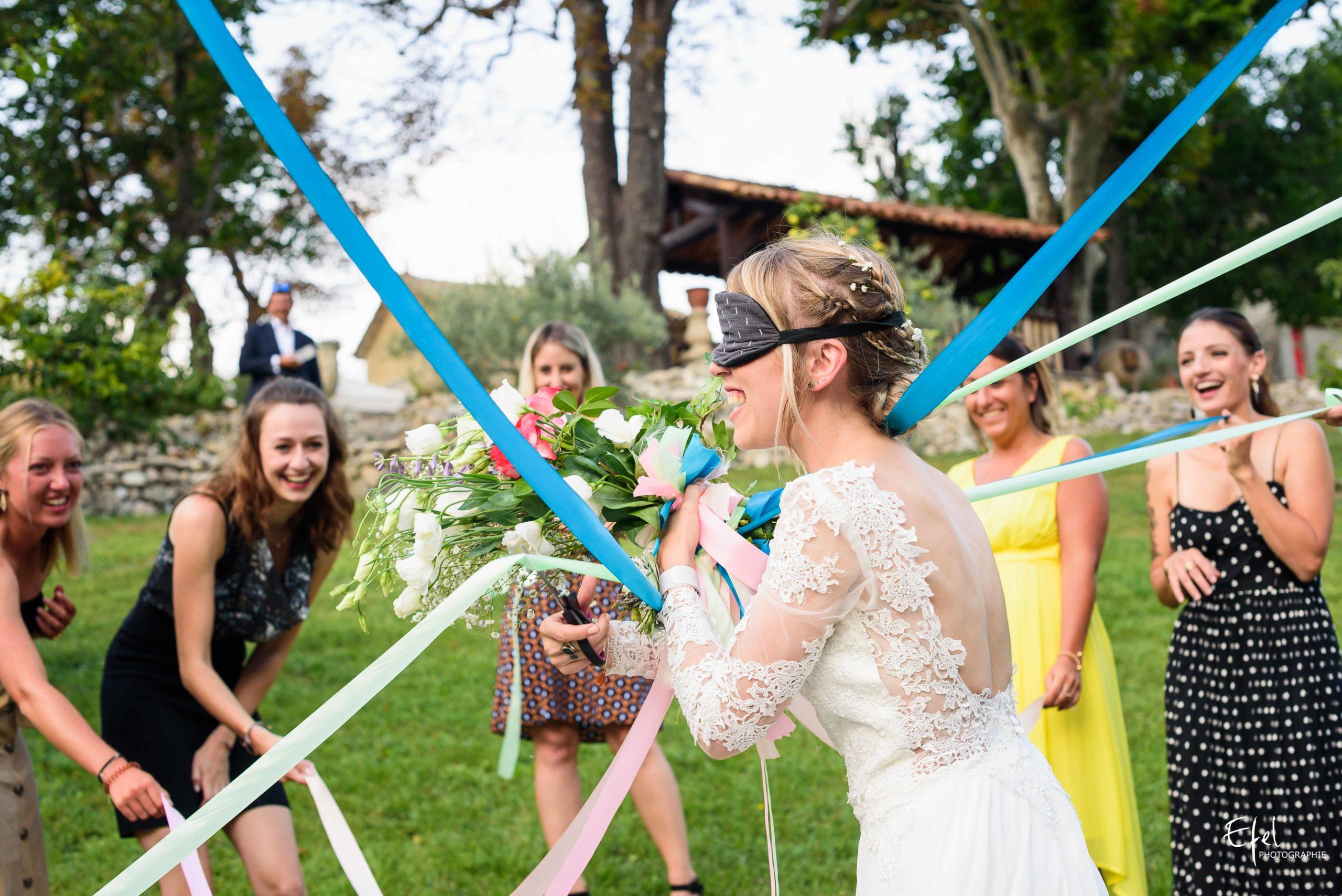 Photo du vin d'honneur et lancer du bouquet de la marié dans le reportage de mariage