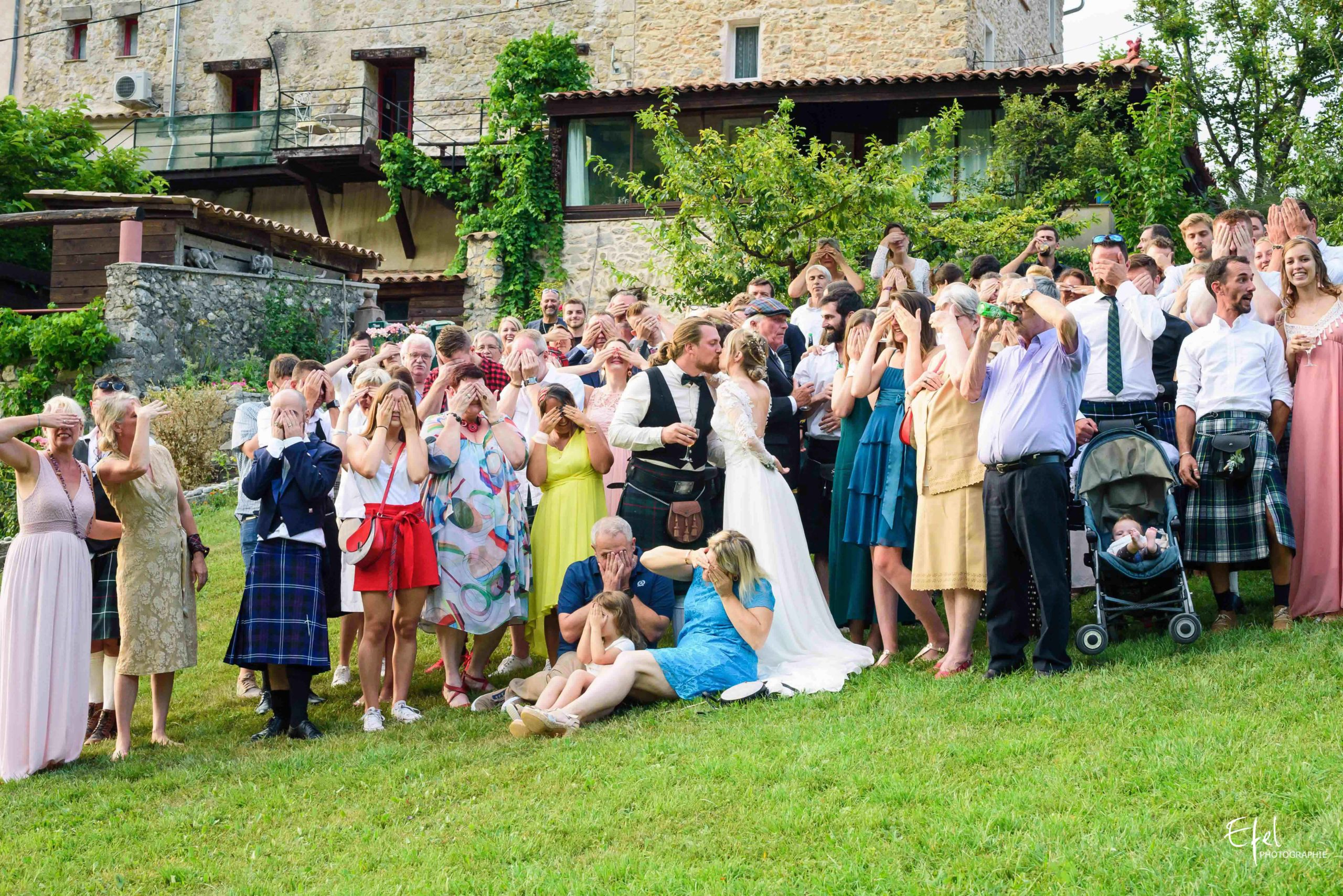 photo de groupe pendant le reportage de mariage