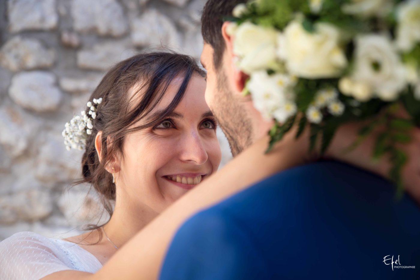 Shooting couple de mariage - yeux dans les yeux - photographe de mariage dans les Hautes Alpes et dans la région PACA
