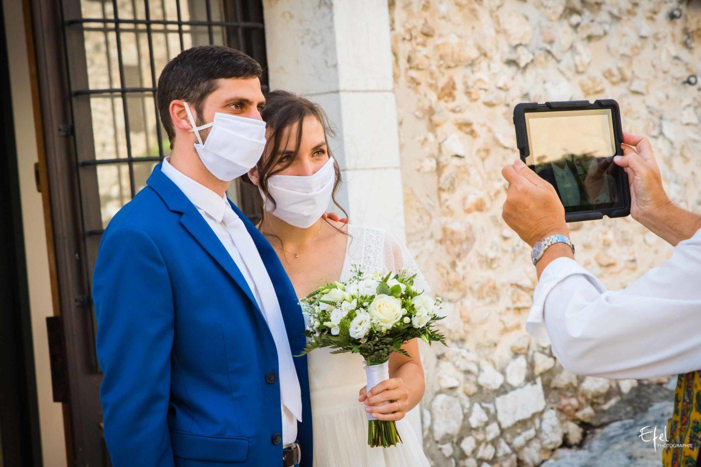 photo cérémonie de mariage civile, les mariés attendent devant la mairie photographe dans les hautes alpes et en Provence