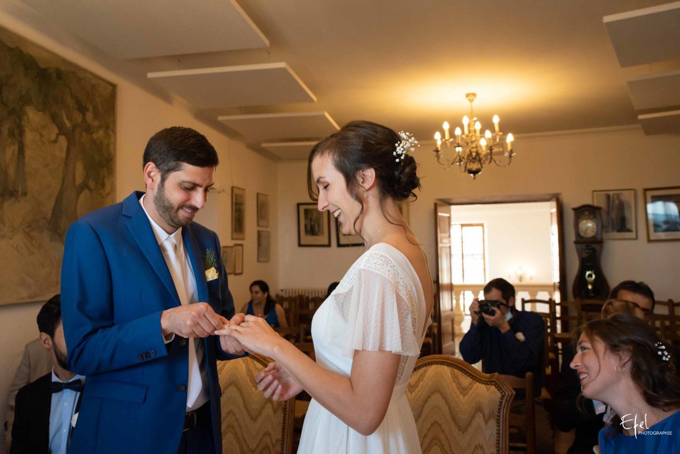 Le marié passe la bague au doigt à sa femme - photographe de mariage à gap, à briançon, à embrun