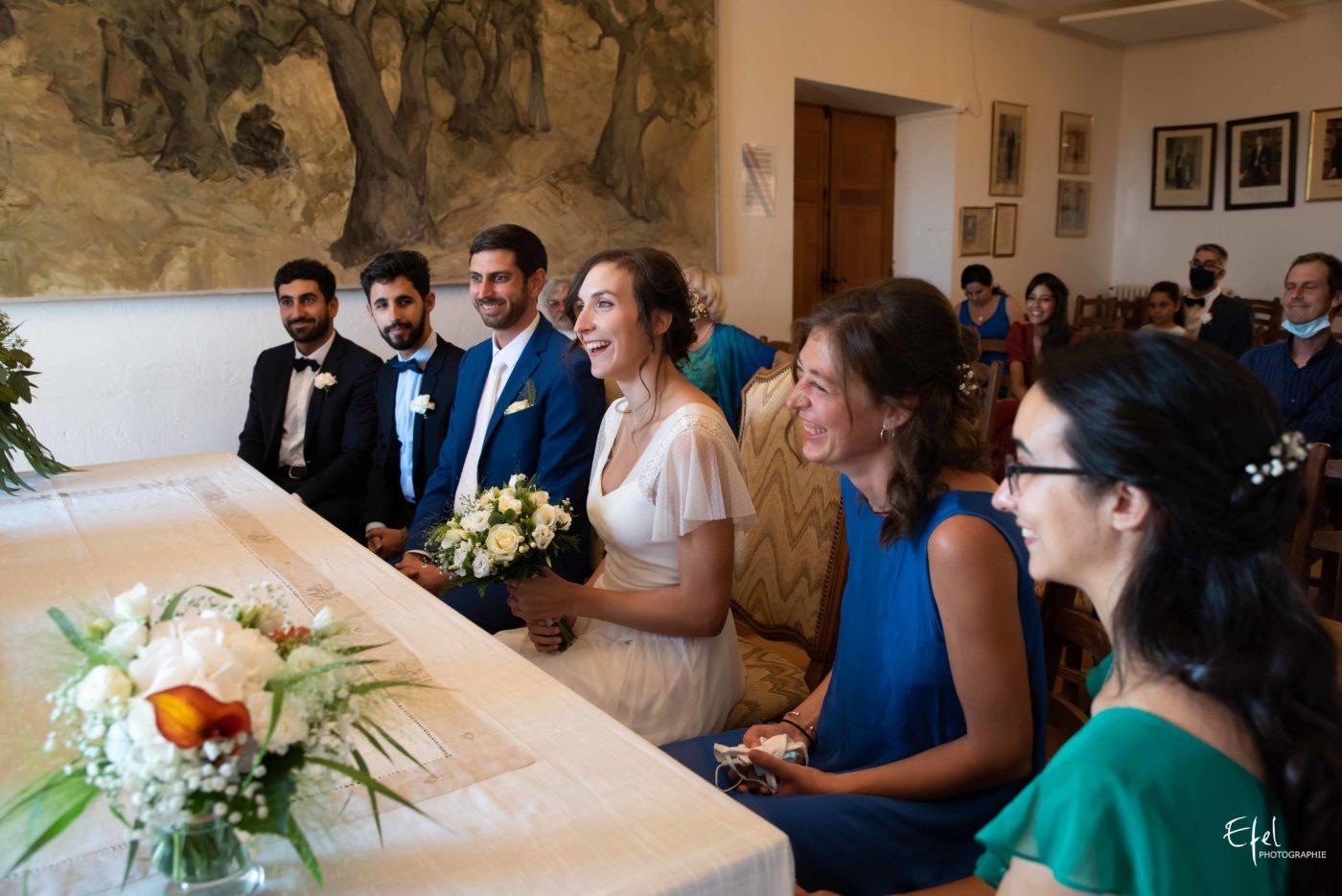 Les mariés et leurs témoins pendant la cérémonie civile de mariage - mariage à Gap, briançon, embrun