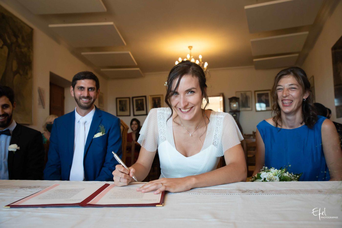 la signature des registres pendant la cérémonie civile - photographe de mariage hautes alpes, gap, alpes maritimes et Provence
