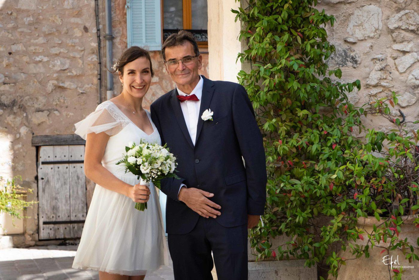 Cérémonie de mariage civile, la mariée au bras de son papa photographe de mariage gap, hautes alpes et région PACA