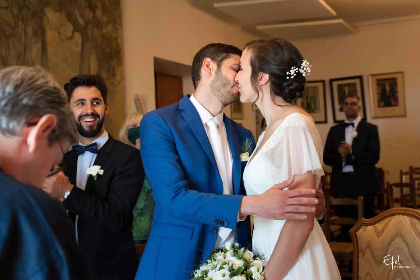 mariés qui s'embrassent pendant la cérémonie civile - mariage à Gap, dans les hautes alpes et en région PACA