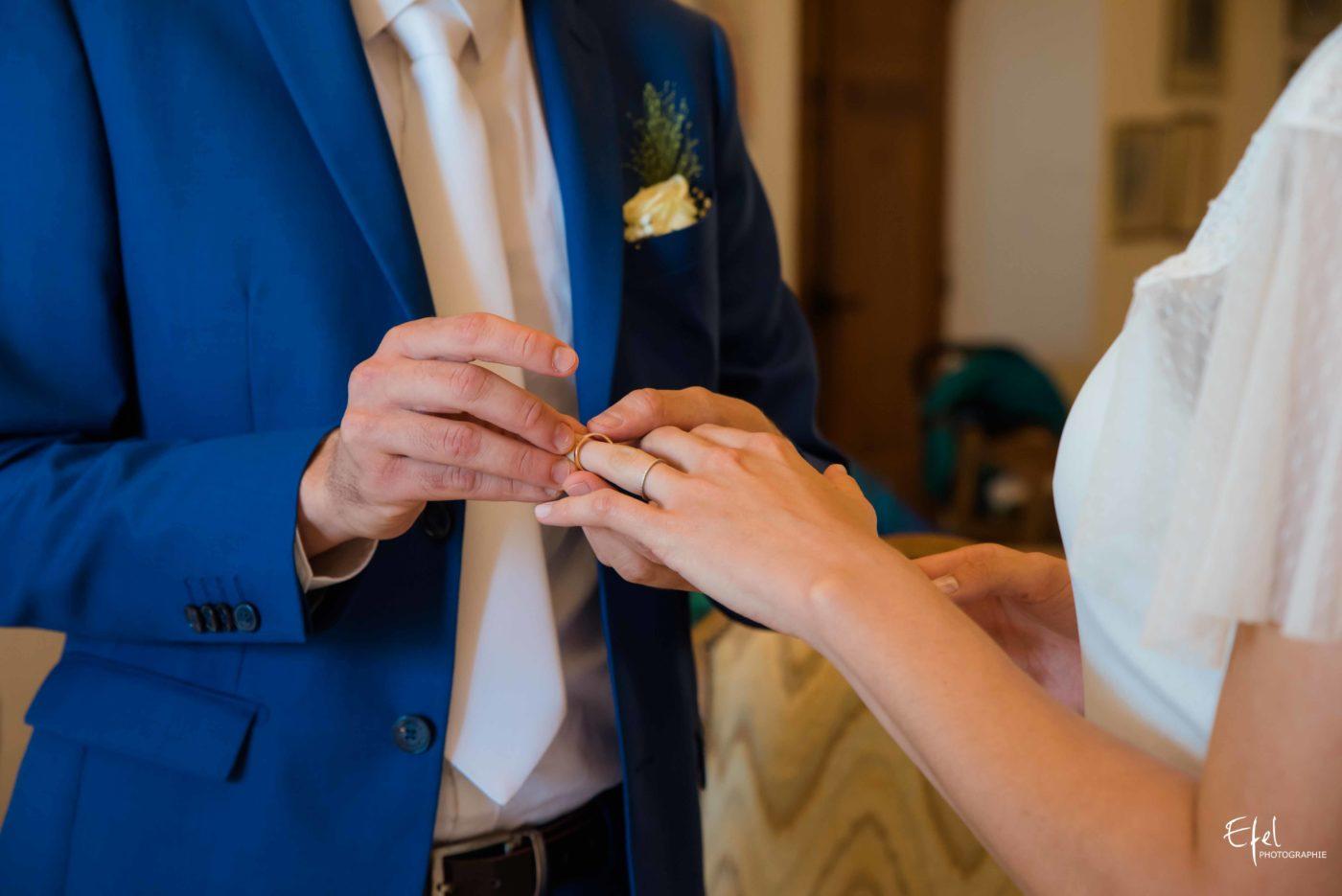 le marié passe la bague au doigt de la mariée - photographe de mariage gap, mariage briançon, mariage embrun