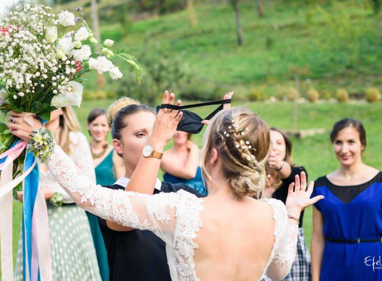 Bandage des yeux de la mariée qui offrira son bouquet - photographe mariage gap