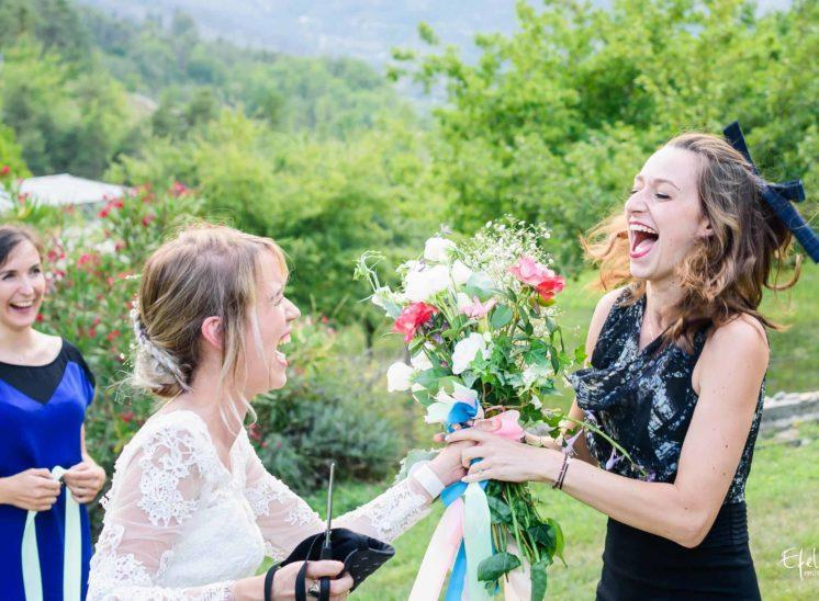 La mariée donne son bouquet - photographe mariage hautes alpes