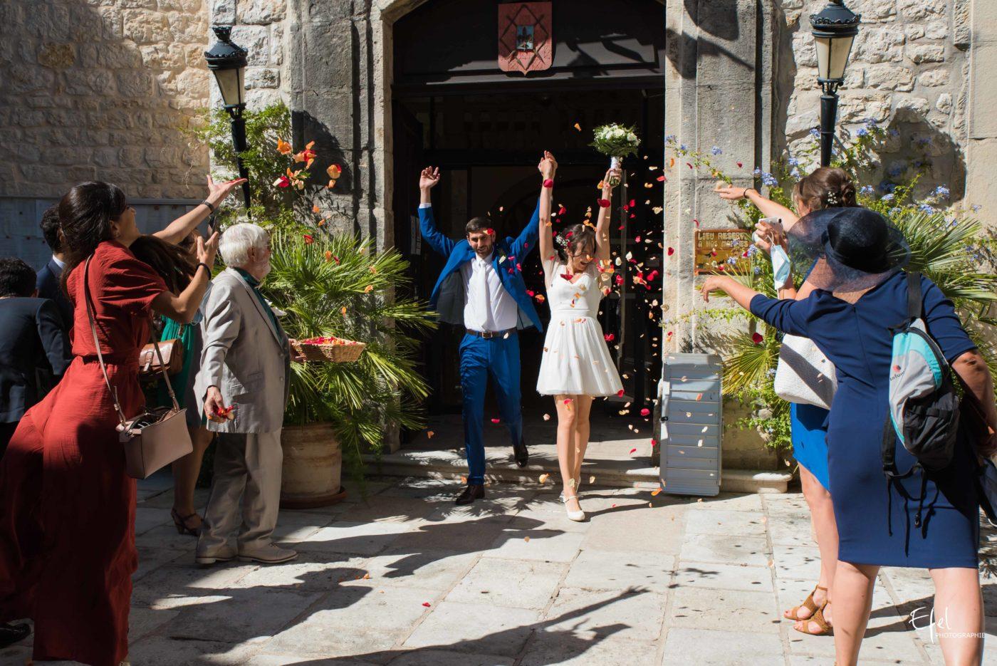 La sortie des mariés après la cérémonie civile - reportage de mariage à Tourrettes-sur-Loup sur loup dans les alpes maritimes