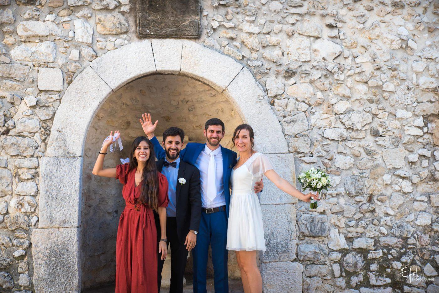 Les mariés et leurs amis - photographe de mariage dans les hautes alpes et dans la région PACA