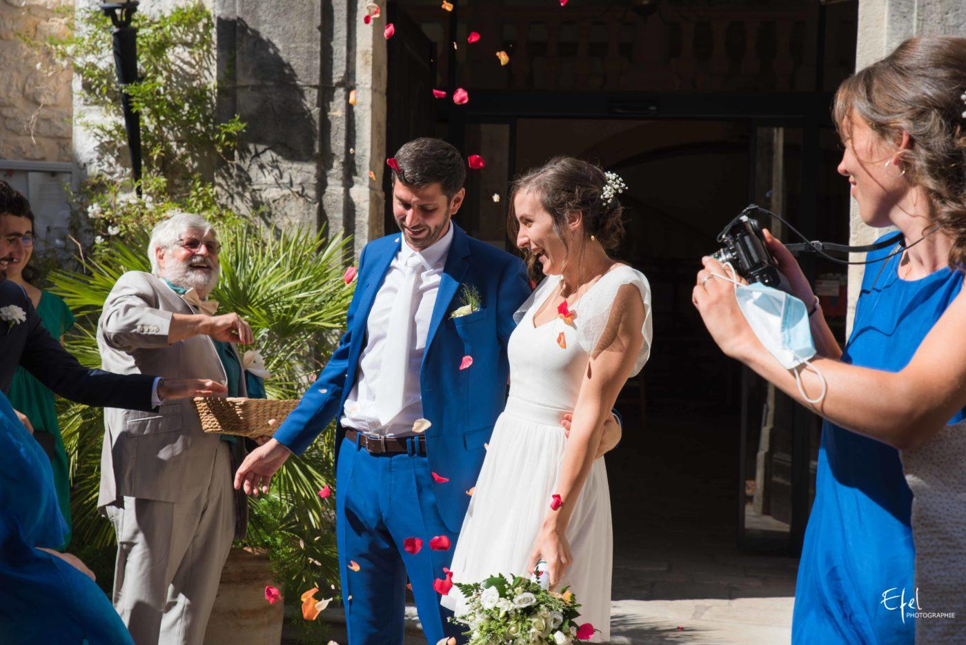 Sortie des mariés après la cérémonie civile avec des pétales de fleurs - reportage de mariage à Tourrettes-sur-Loup dans les alpes-maritimes