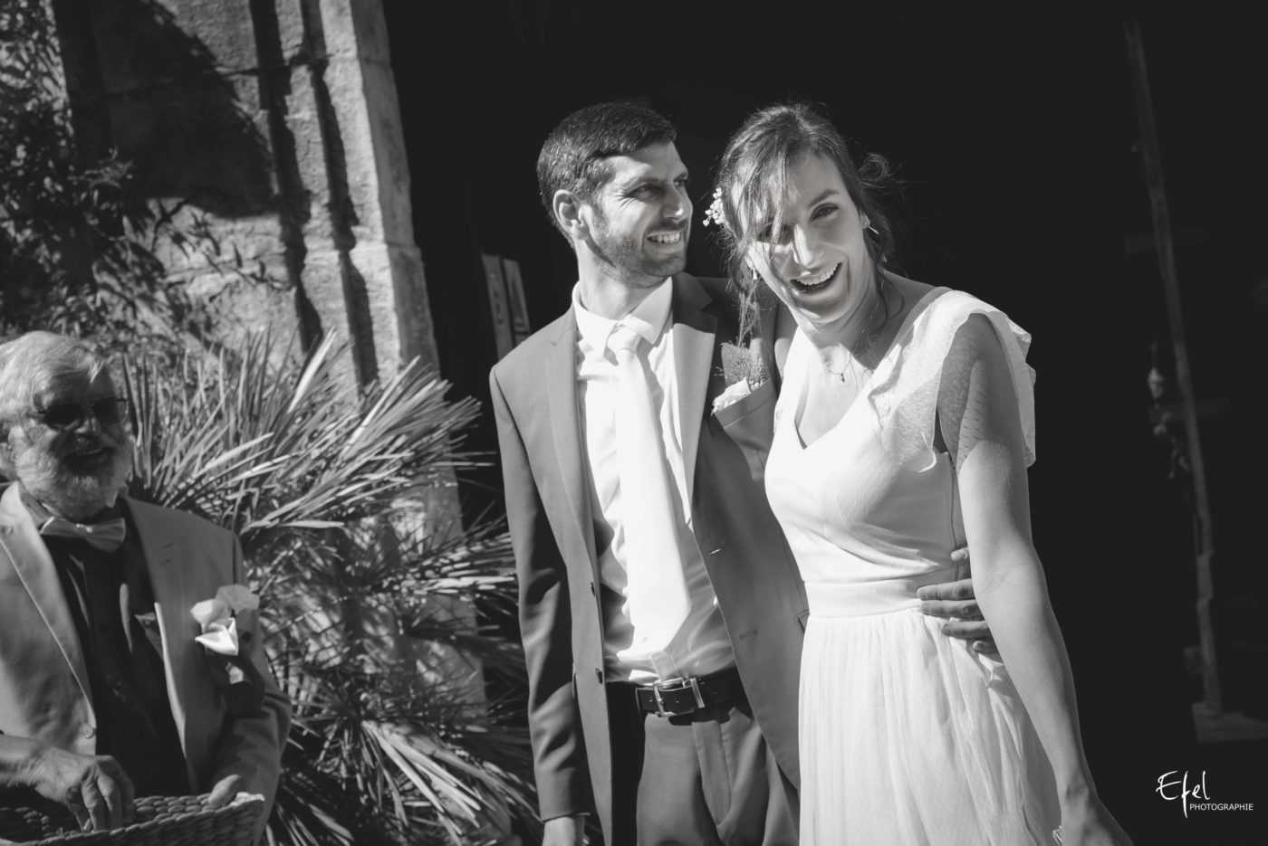 sortie des mariés après la cérémonie civile à la mairie de Tourrettes-sur-Loup sur loup - mariage 2020 en Provence
