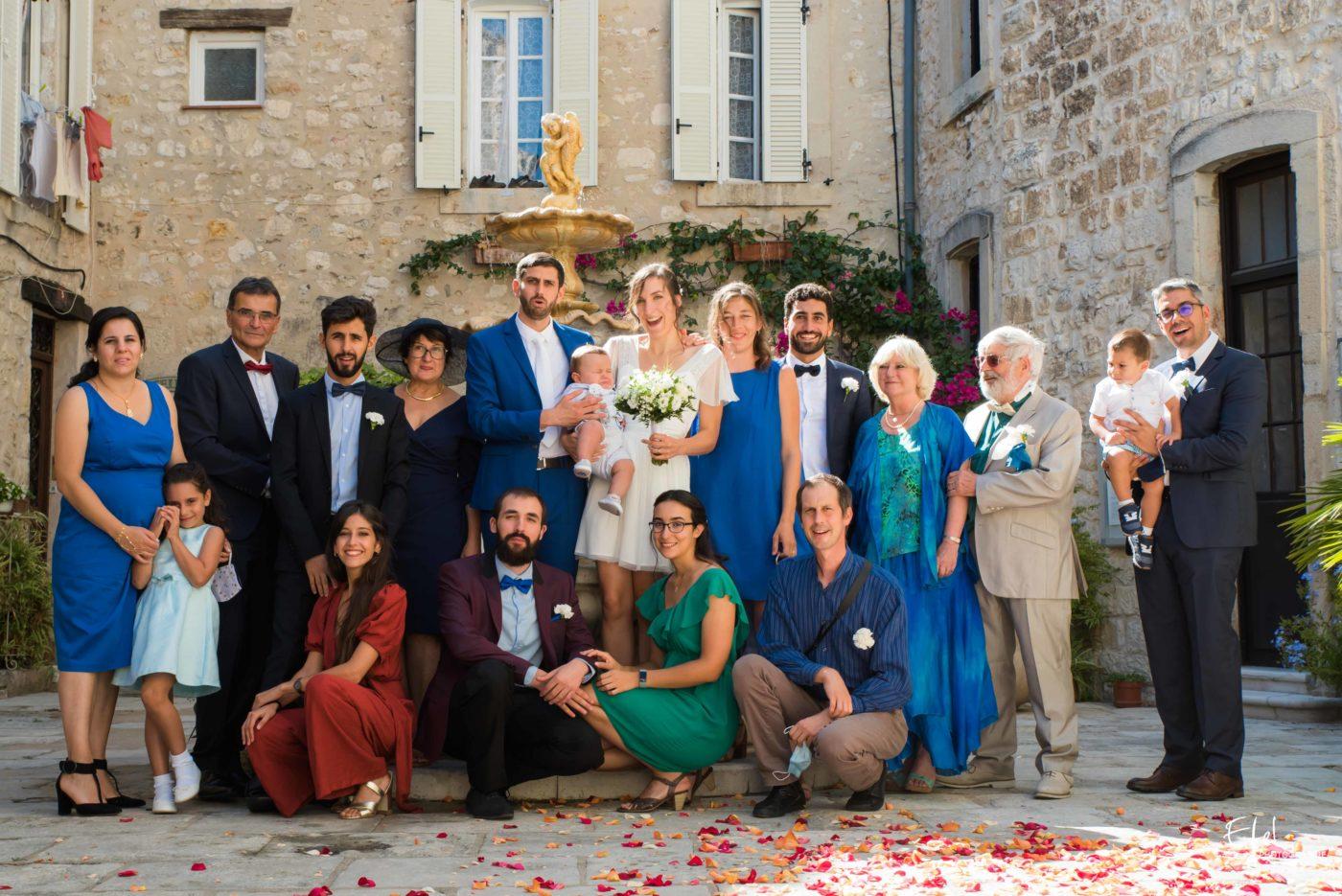 photo de groupe sur le parvis de la mairie - reportage de mariage en Provence et dans les hautes alpes