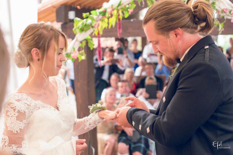 photo du marié qui passe l'alliance au doigt de sa femme - photographe mariage Gap