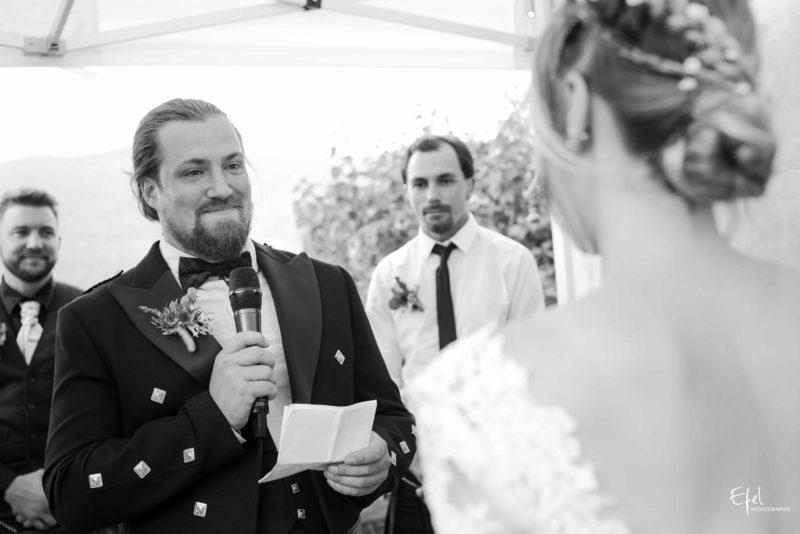 photo noir et blanc de cérémonie de mariage laïque en PACA