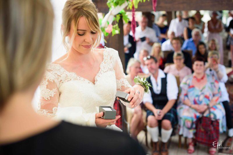L'échange des alliance pendant une cérémonie laïque de mariage Gap