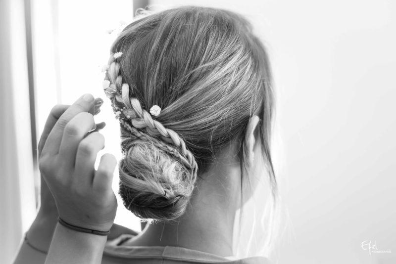 Finition de la coiffure de la mariée avec quelques fleurs décoratives - mariage à Gap