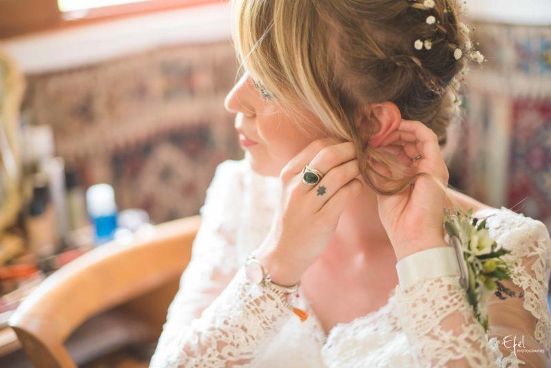 photos préparatifs de la mariée qui met ses bijoux reportage à Gap