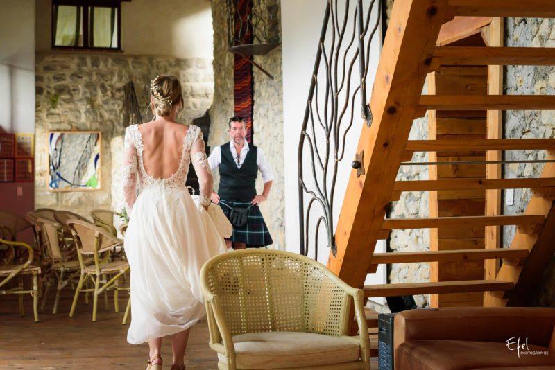 Le père de la mariée découvre sa fille en robe - photographe de mariage à Gap
