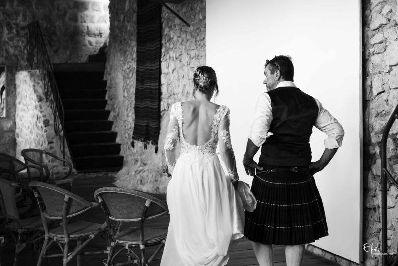 le père de la mariée part au bras de sa fille photographe de mariage PACA
