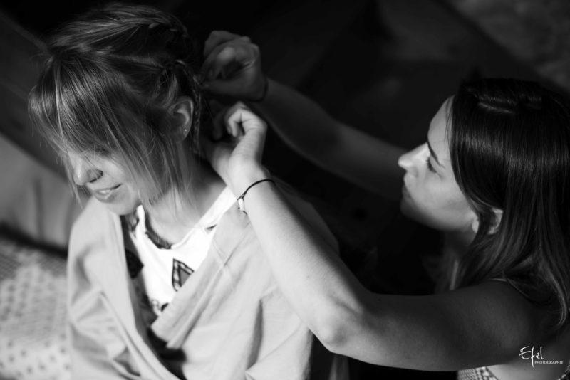 La soeur de la mariée réalise la coiffure de mariage pendant ce reportage en PACA