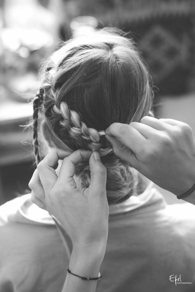 La coiffure de mariage un chignon et plusieurs tresses - reportage de mariage en PACA